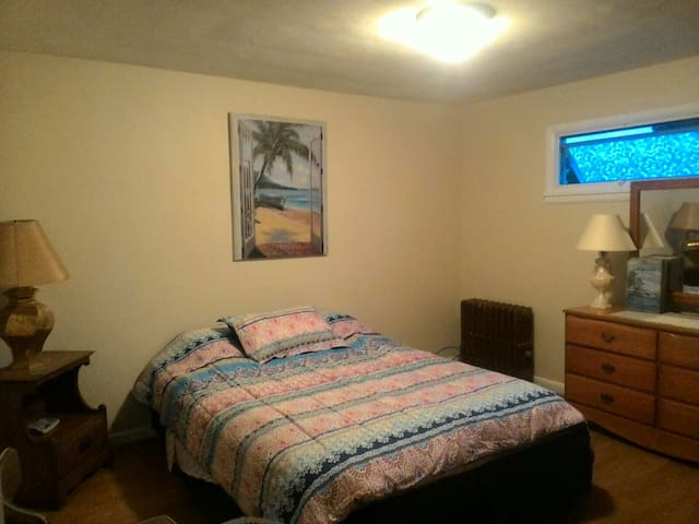 Large bedroom with queen bed. - Wilkes-Barre - Dom