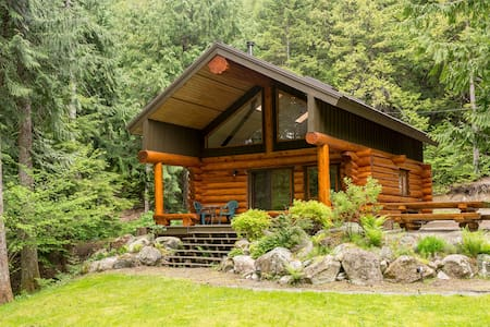 Lakefront Private Log Cabin - The Hummingbird