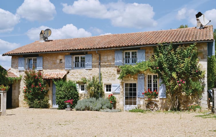 Holiday cottage with 4 bedrooms on 211m² in La Chapelle Faucher