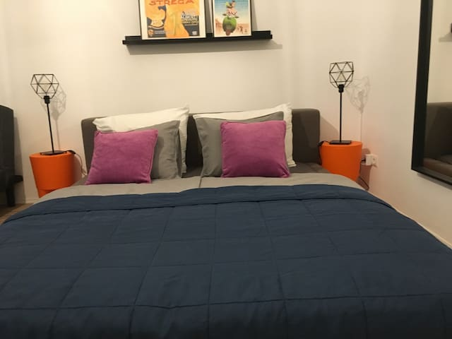 Newly Renovated .Cozy and near metro, up to 5 beds