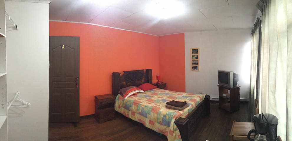 Spacious room - Downtown Heredia - Heredia - House