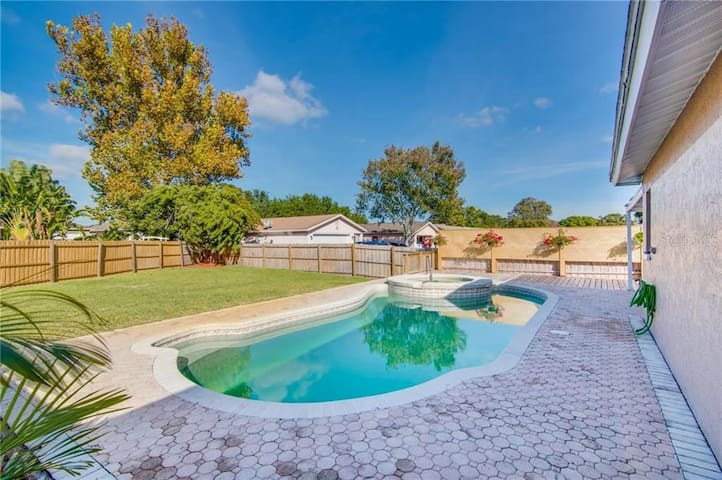 3 Bedroom House with pool, 10 min from the beach