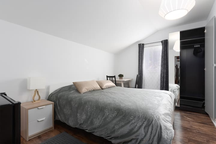 Bright, private room with a comfortable queen size bed