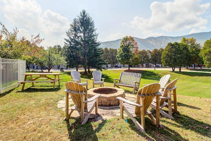 Lovely ski condo boasts great location, shared hot tub, pools, & tennis courts!