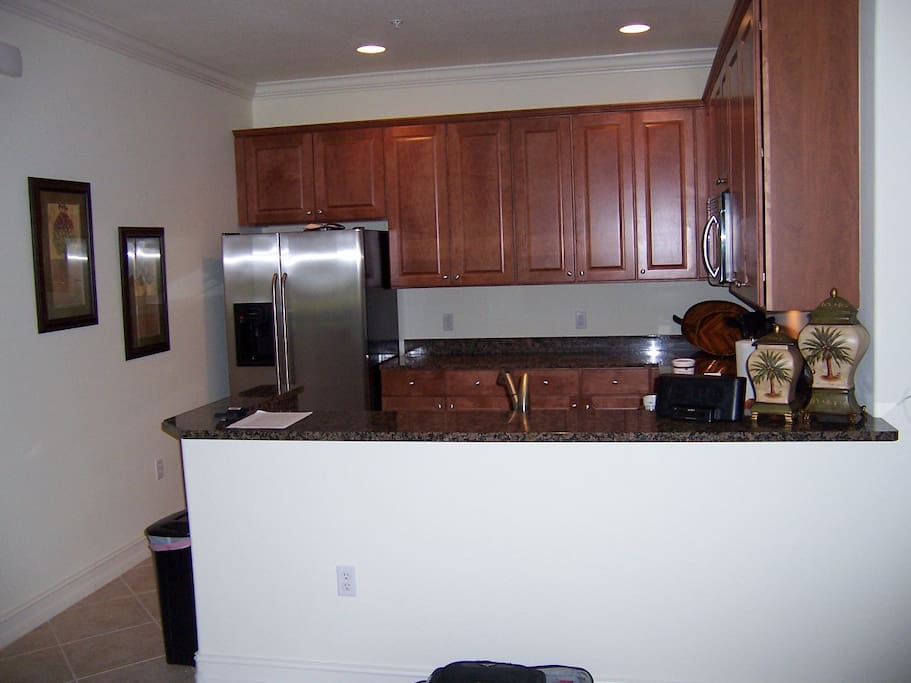 Full size kitchen, spotless!