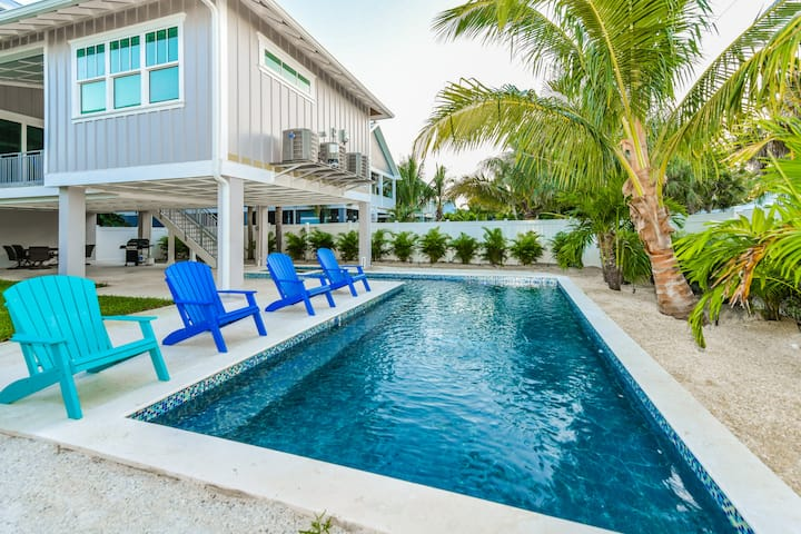 Freckled Fin - New 4 bed/4.5 bath beauty! Private pool and spa, near beach and shops
