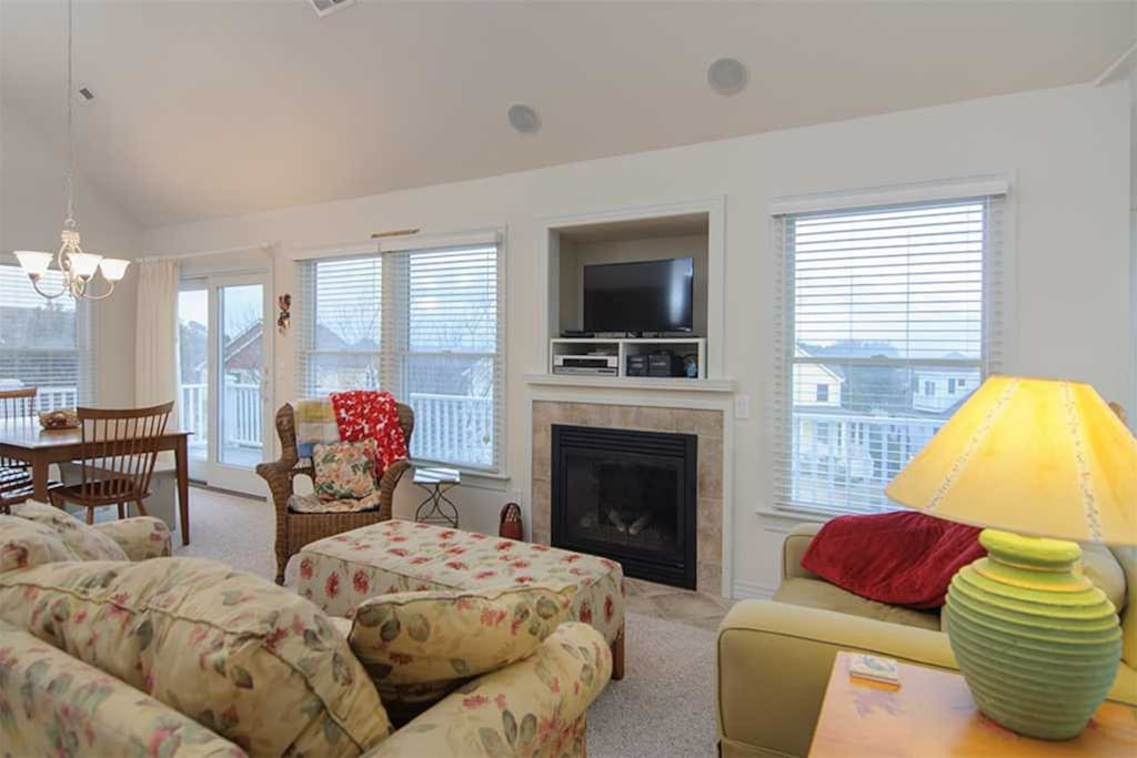 HK17: 733 By The Sea   Mid Level Living Area   Fireplace Not Available For Guest Use