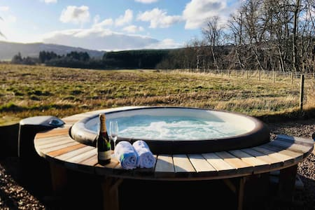 Cosy Royal Deeside Retreat with Hot Tub