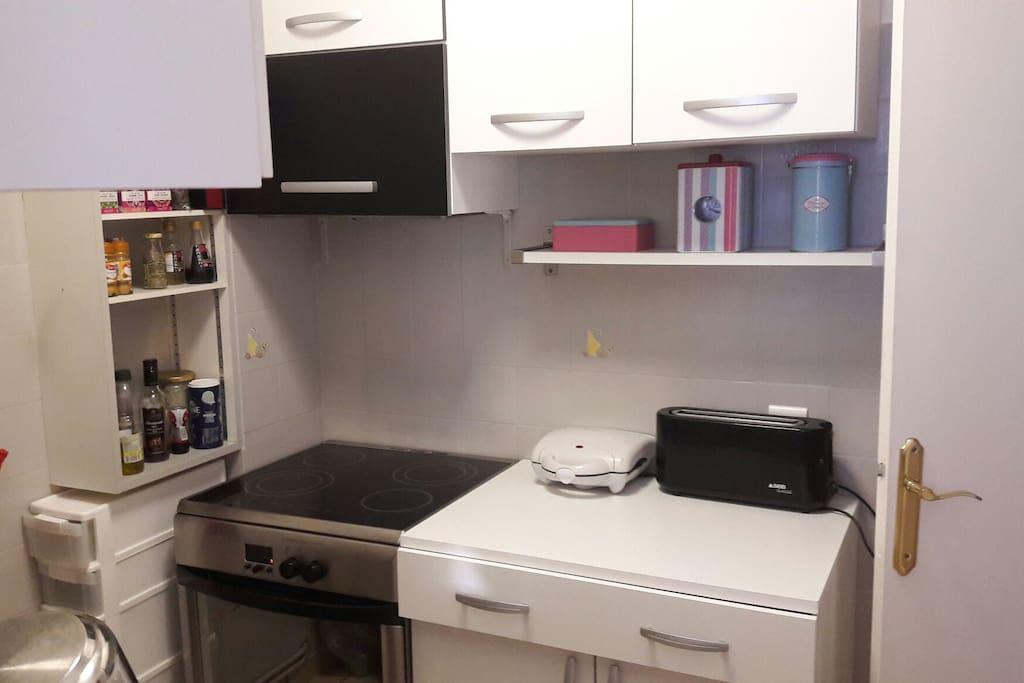 la cuisine équipée avec évier, lave-vaisselle, grille pain, micro-ondes...