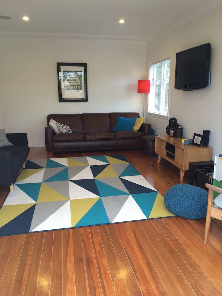 Lounge area upstairs (mysky on tv!)