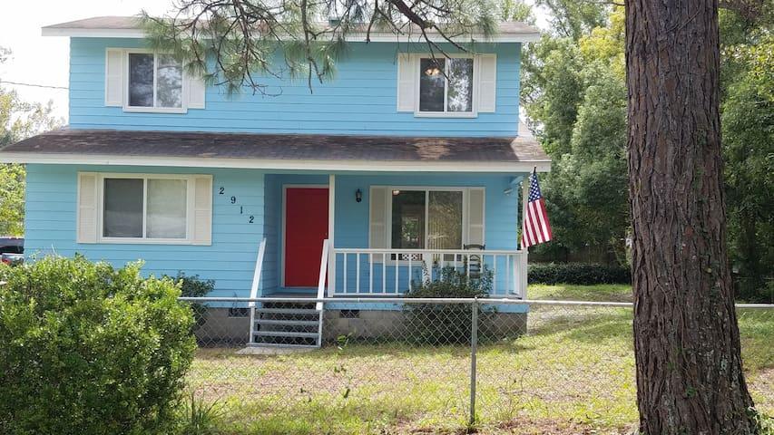 Smurf House Huge back porch,plenty parking & yard!