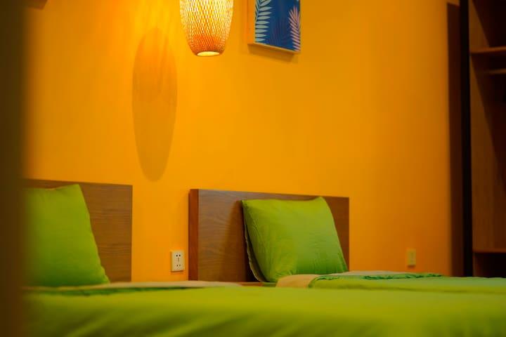 Twin bed Scandinavian serviced apt near airport
