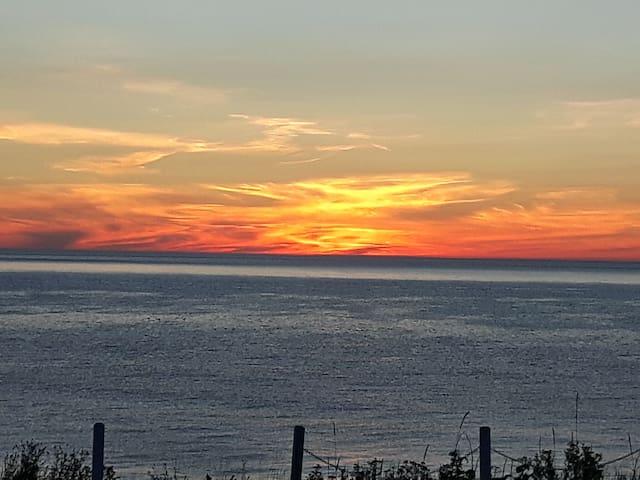 Lever de soleil sur le golfe du Saint-Laurent.  On y voit parfois des phoques et si vous êtes chanceux, quelque fois des baleines.
