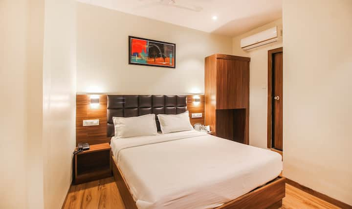couple friendly stay at vakola nr bkc and airport