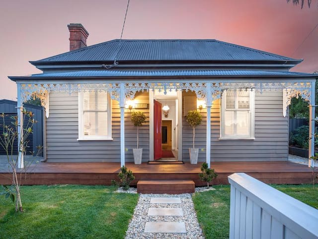 Central, double fronted character filled home - Ballarat East - Rumah
