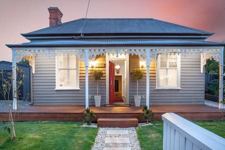 Central, double fronted character filled home - Ballarat East - Haus