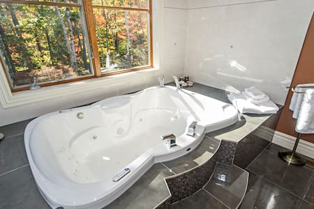 Huge Luxurious Suite with Steam Shower and Jacuzzi - Bedford