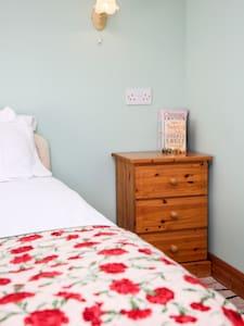Converted barn bedroom in moorland village - Goathland