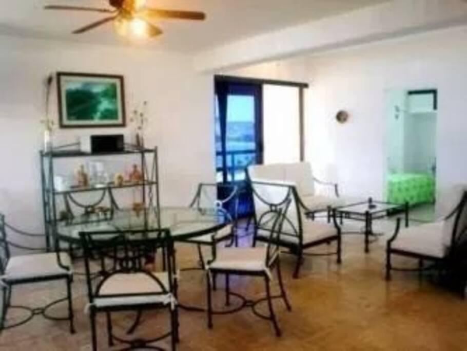Comedor y sala al fondo recámara principal y al fondo izquierdo balcón que da a el mar