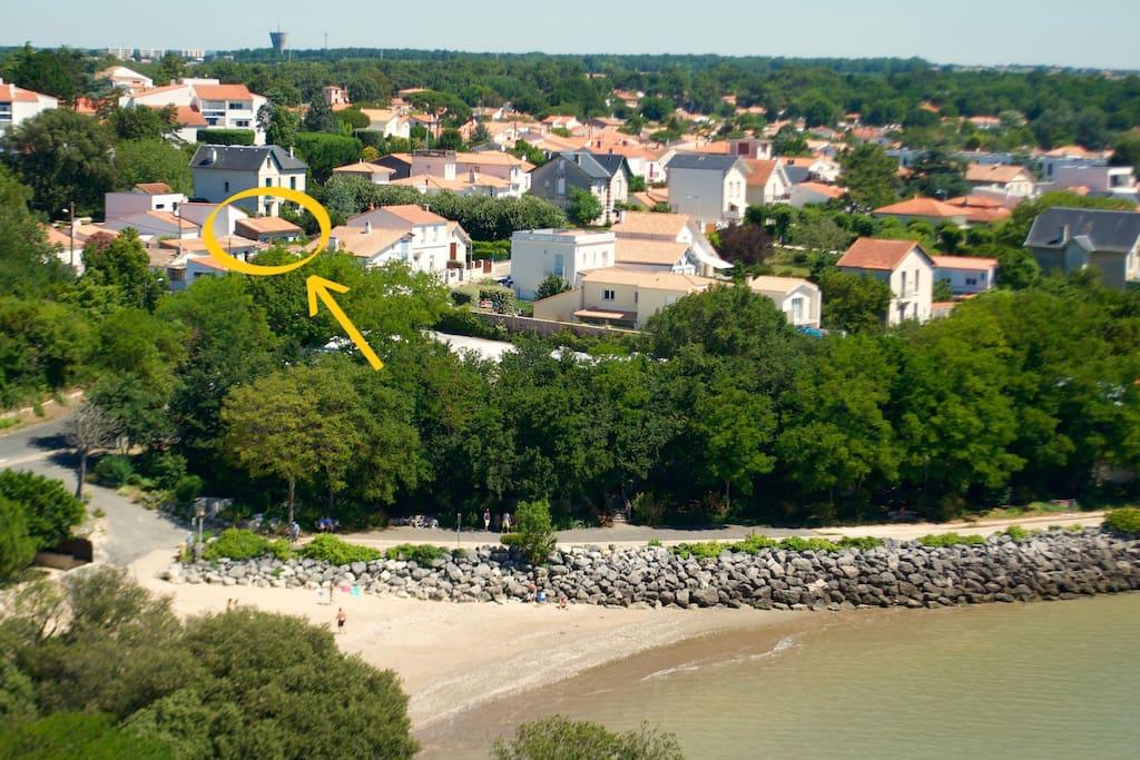 C'est là, à 50m de la plage, que se niche le Secret (photo prise du phare).