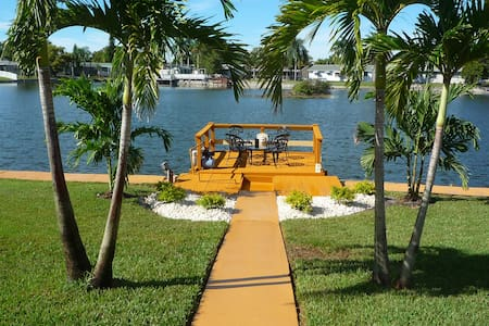 Majestic 2BR 2BA Holiday Waterfront Propertyw/Dock - Holiday - Hus