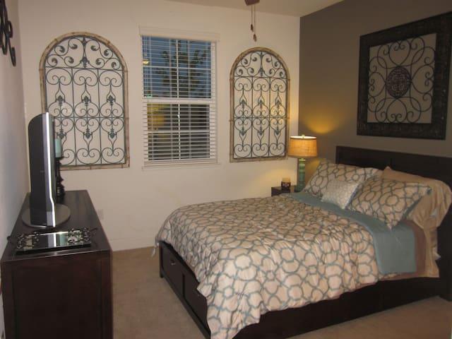 Private Room & Bath in Model Home - Gilroy - Hus