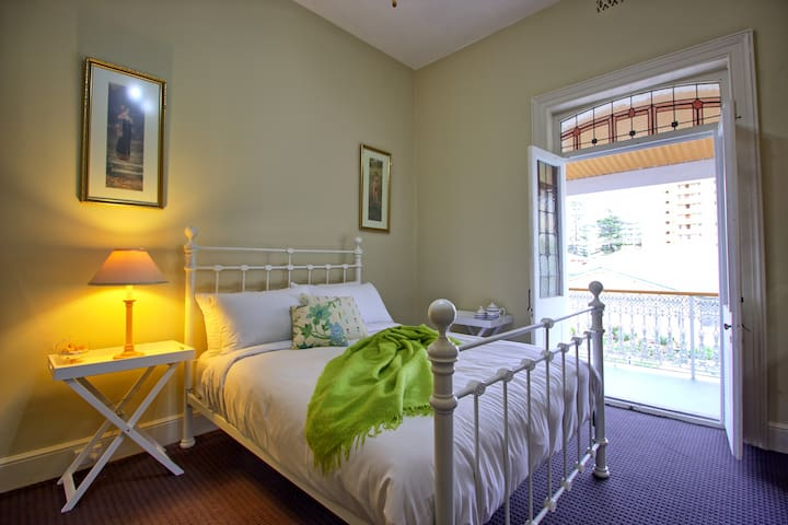 Country Charm Heritage Room in Heart of Glenelg