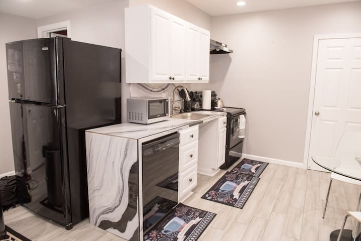 Small 1 Bedroom Apartment in Georgetown w/Parking
