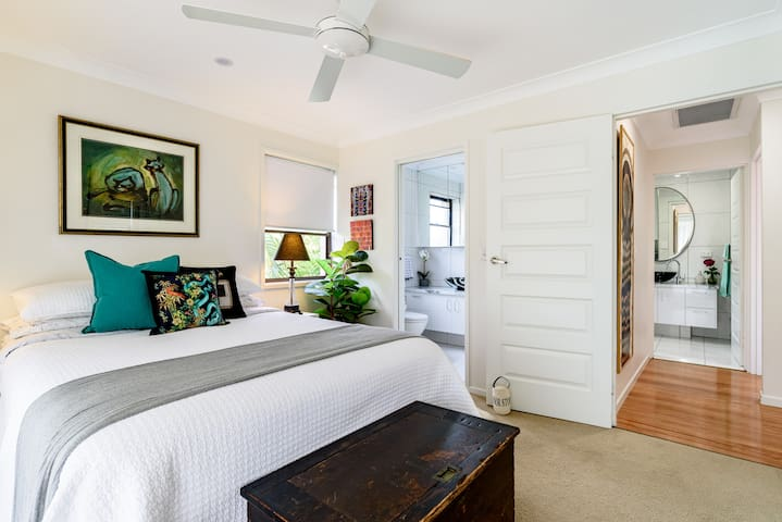 """An amazing bed!! Is how my guests describe this space. Using """" The world's softest cotton sheets"""", top quality linen and bamboo towels, surrounded by original Australian art..everything you need  to feel refreshed each morning of your stay."""
