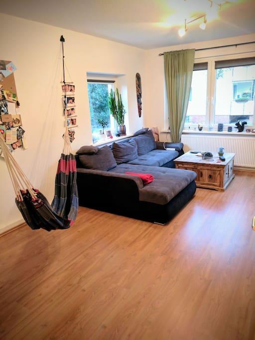Großes Wohnzimmer mit Hängematte/ Spacious living room with hammock