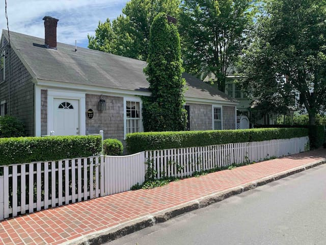 Classical Edgartown Charm - Walk to everything!