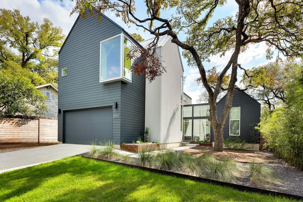 Ultra modern newly constructed farm house in the most desirable location in Austin.  Perfect for ACL FEST and anything else located in the core of Austin, Texas.