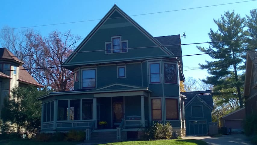 1902 Queen Anne Victorian 3 bedroom - Janesville