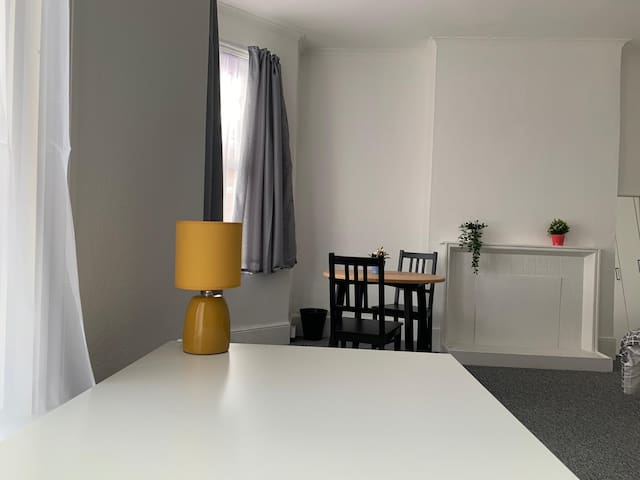 Contemporary  Spacious Room / 20 Mins into London!