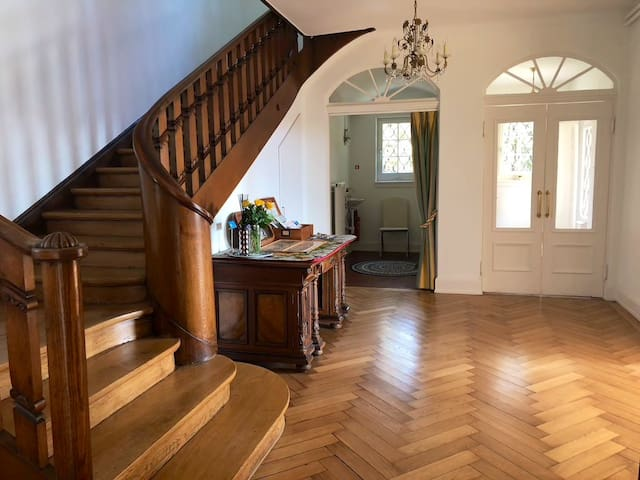Welcome to uphill appointed Villa in Zürichberg... join us aboard here in the historic-newly restored villa built in the 1920! See you soon!