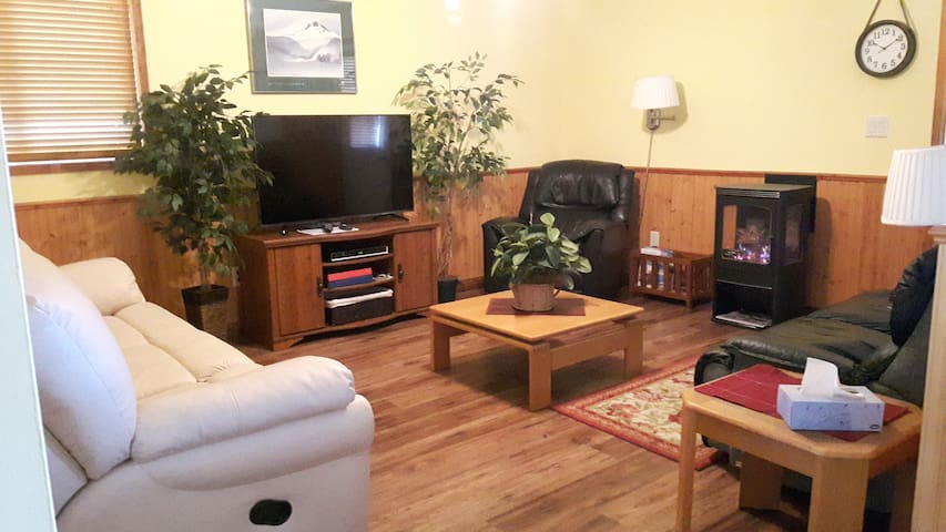 Cozy 2br Private Suite 1 Block From Lake - Peachland - Appartement