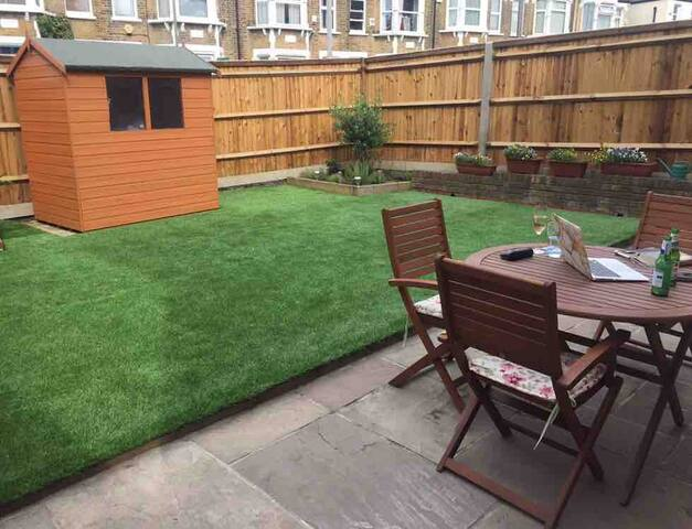Lovely apartment close to East Finchley tube with an AMAZING garden and free car parking space! Enjoy a cosy area of North London with easy access to Central London!
