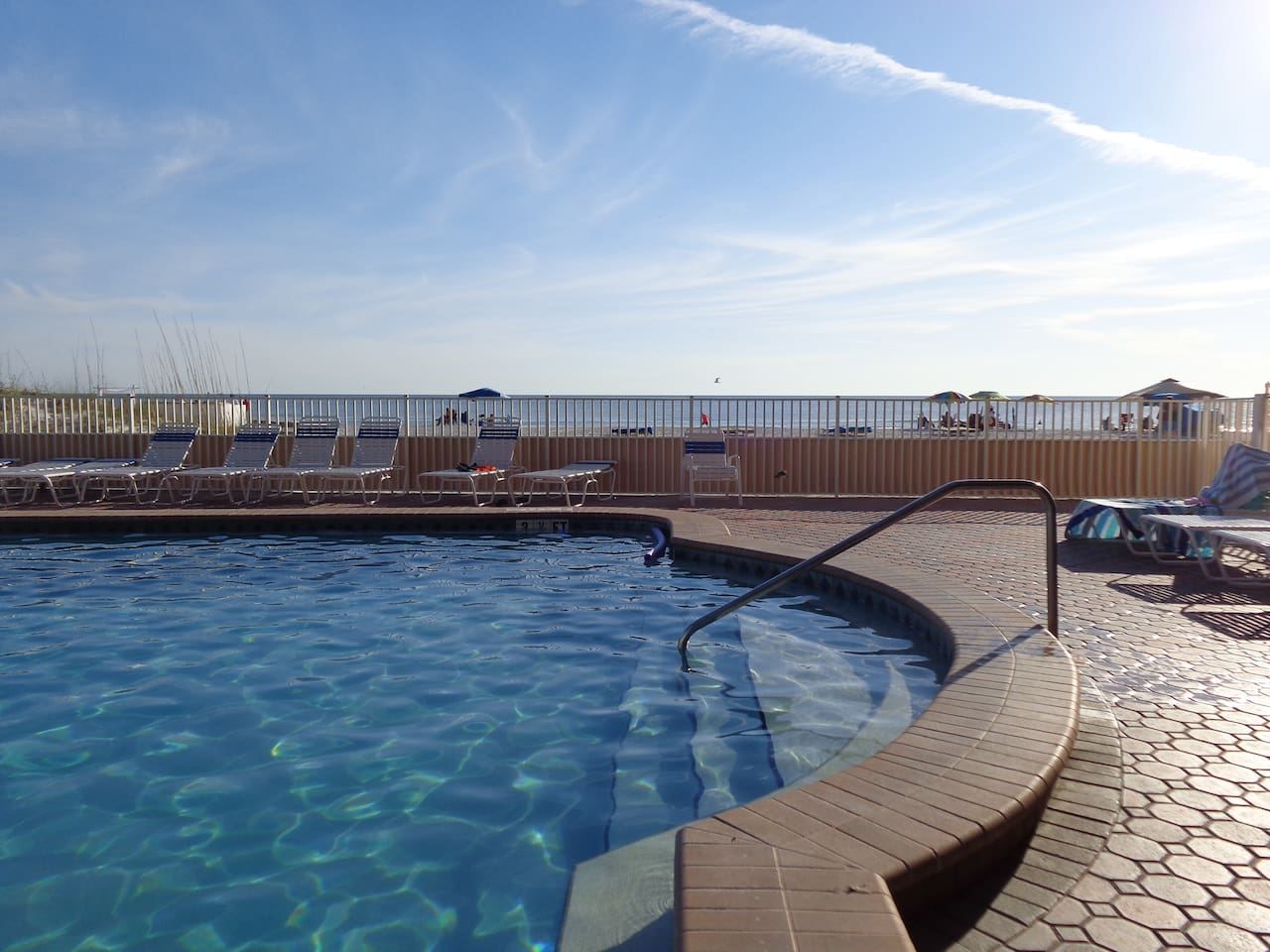 Heated pool with view on the beach