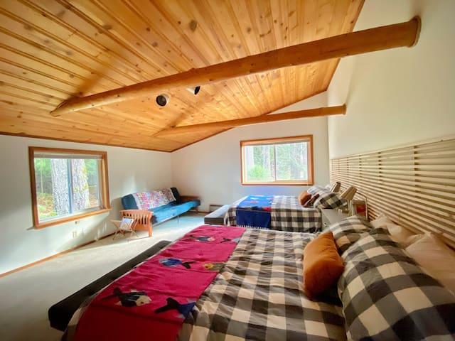Bedroom #4 (Mt. Adams) - 2x Sealy queen beds + futon