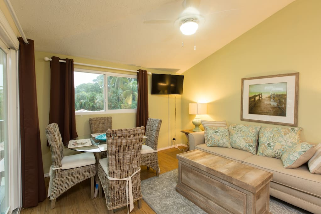 Renters tropical paradise will love this beautiful apartment in south Florida with loads of amenities. Heated swimming pool, hot tub, sauna, Tiki hut for relaxing plus a boat for private sightseeing or fishing charters in south Florida. Go to Crownfishingcharters.com to book a fishing trip and fishing vacation or call us on Airbnb.