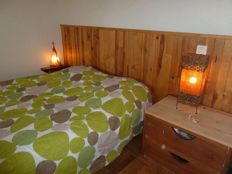 La chambre avec le lit