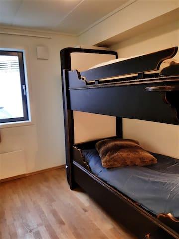 Soverom 3 med køyeseng og ekstra madrass hvis man trenger en sengeplass i tillegg. Alle madrasser er 90cm. Dundyner og puter.
