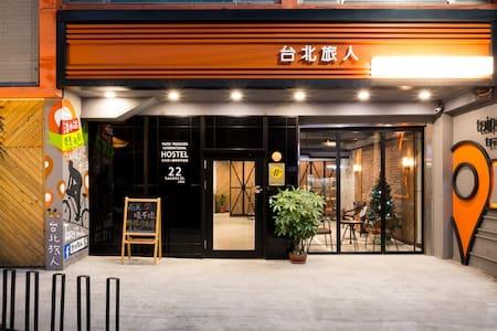台北旅人,女生宿舍房床位,上下舖。