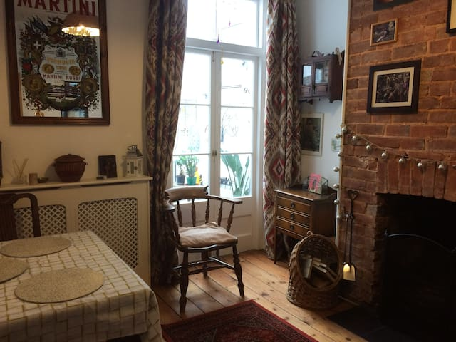Comfy Double room in lovely Victorian House.