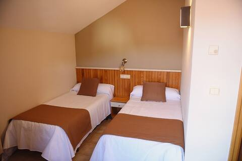 103 · Habitación doble con baño privado 2