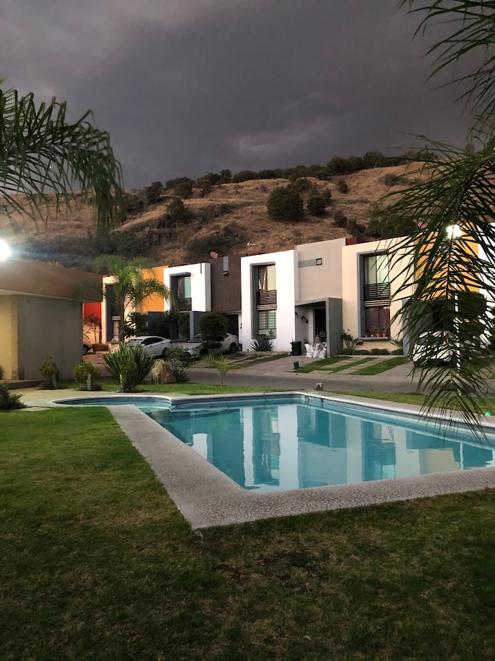 Casa en fracc. privado con bonita vista y alberca