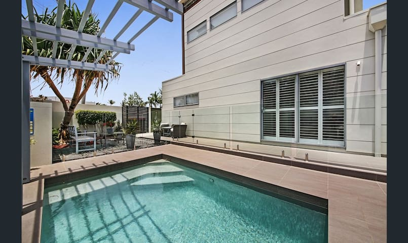 Burleigh Abode - 300 m from beach, stylish stay