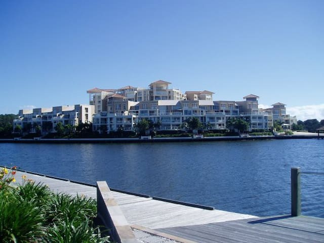 FABULOUS LUXURY APARTMENT ON LAKE - Varsity Lakes - Apartment