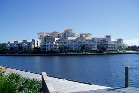 FABULOUS LUXURY APARTMENT ON LAKE - Varsity Lakes - Byt
