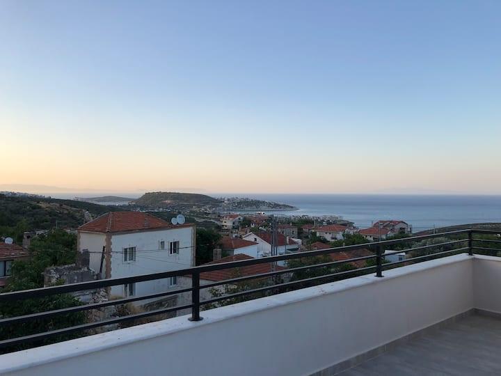 Saip'te deniz ve dağ manzaralı taş ev